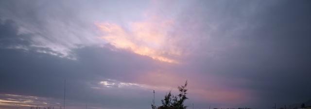 una nube llega