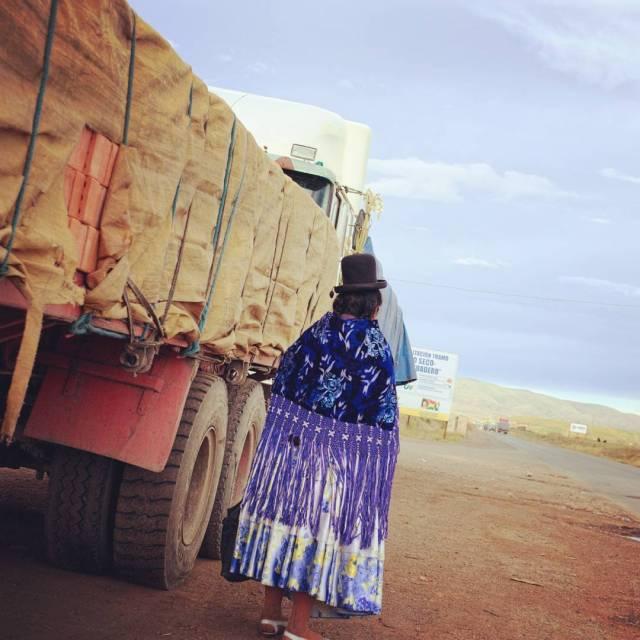 no-te-vayas-waiting-in-the-highway-in-bolivia-person-highway-highlands-truck-road-fujifilm_xe1-fujinon35mmf14-fujifilm_xseries_25745100456_o